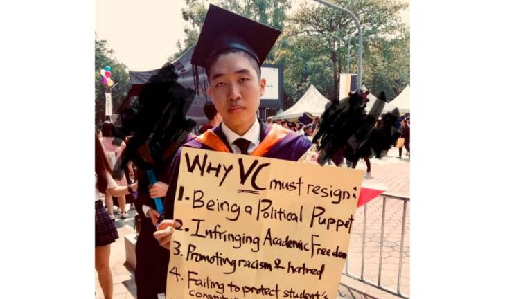 Student who held lone protest can collect degree, says UM