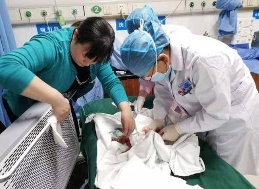 46岁妇肚子痛就医 上厕所突产下男婴