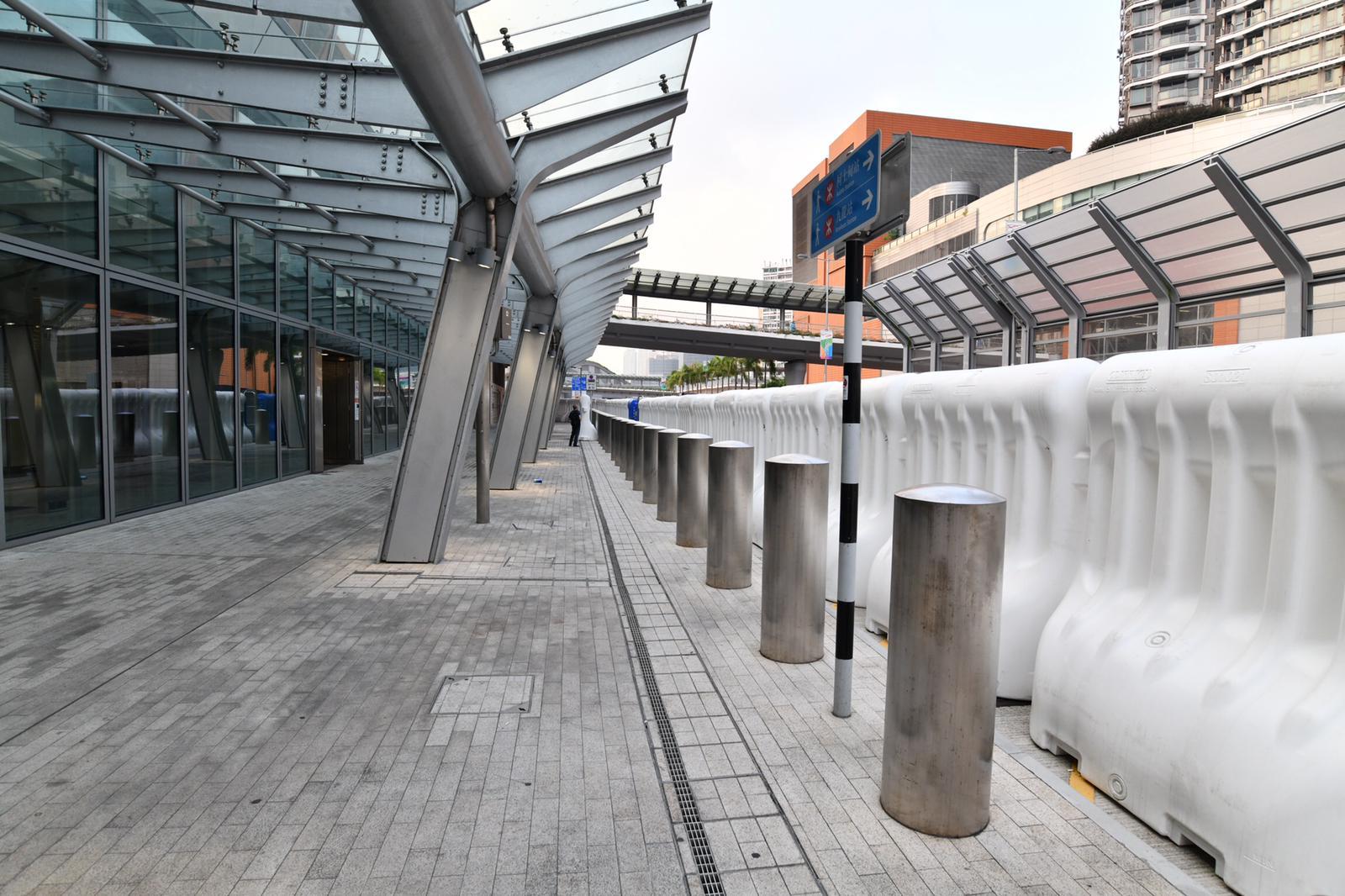 高铁西九龙站加强保安 架设大型水马及铁闸