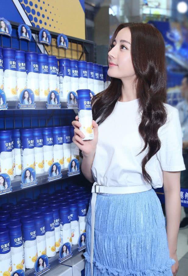 白T简直是百搭之王,迪丽热巴穿白T+半身裙,美成仙女模样!