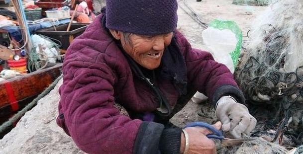海边几十元的皮皮虾,2元1斤随便捡,游客嫌弃,本地人:不识货