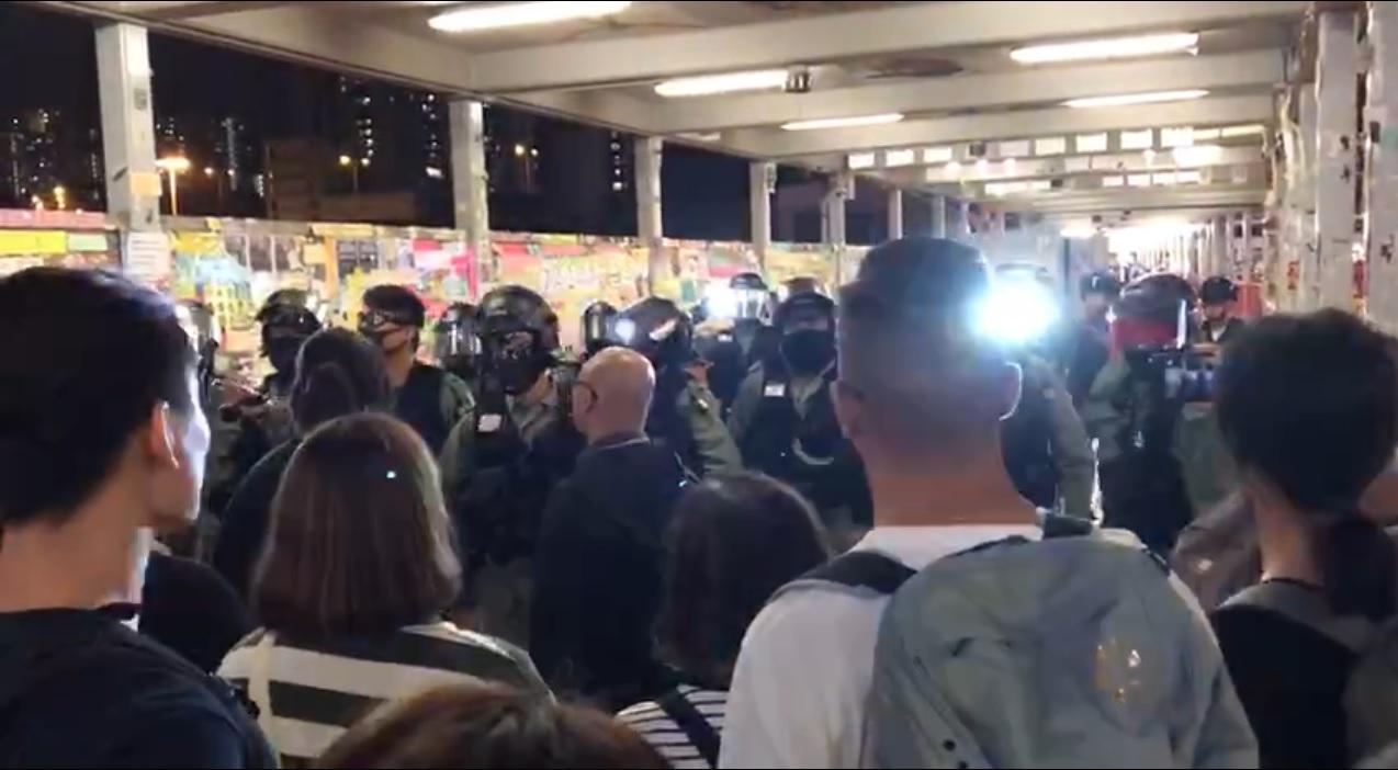 【修例风波】荃湾3男涉涂鸦被制服 警员持胡椒喷剂驱赶人群