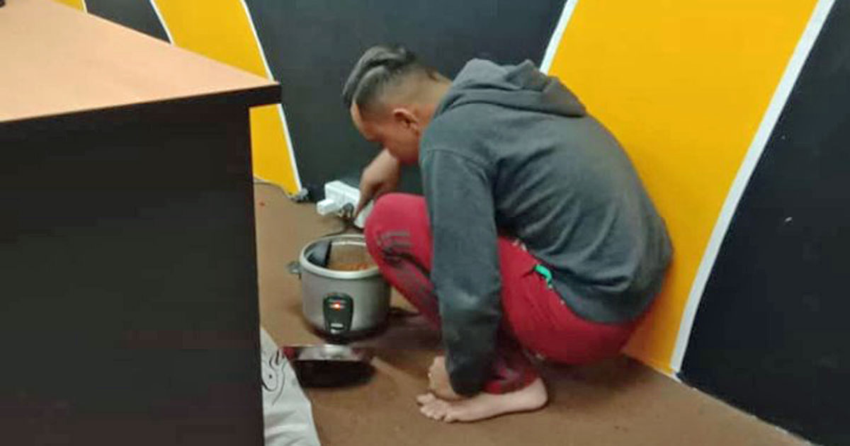 Young M'sian man cooks rice in office at night to save whole week's S$325 salary for widowed mom