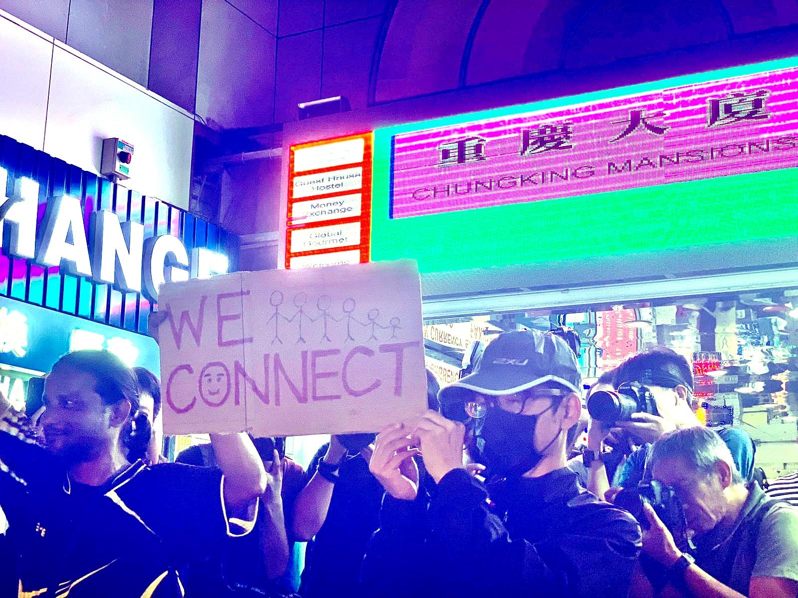 网民发起重庆大厦大合唱 英驻港总领事馆外组人链