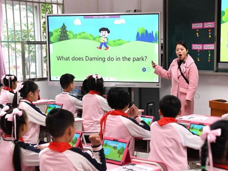深圳龙华近30万年薪请中小学教师 3.5万人抢400个职位
