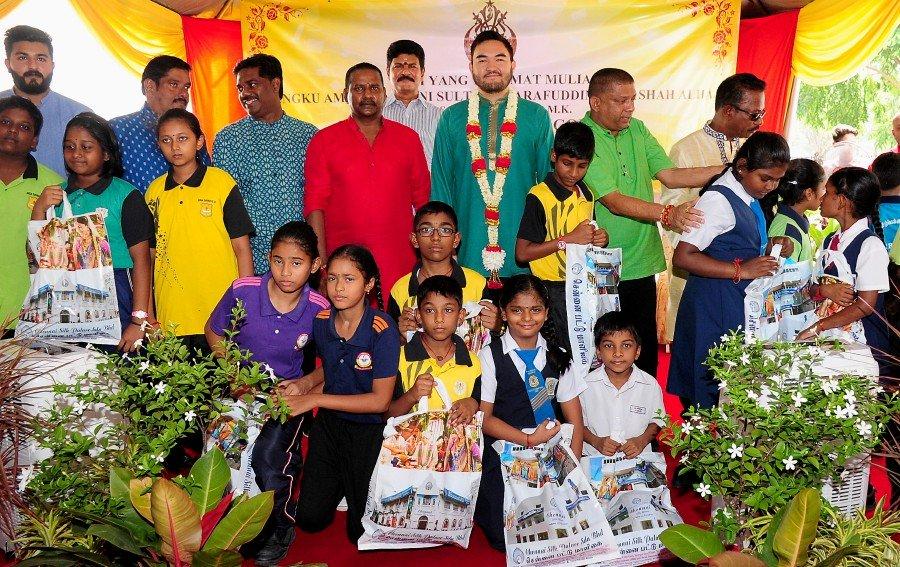 Selangor Raja Muda joins children in Deepavali shopping trip
