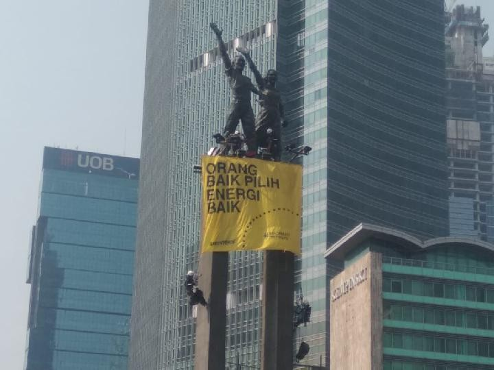 Greenpeace flies banners criticizing government as Jokowi's Cabinet sworn in