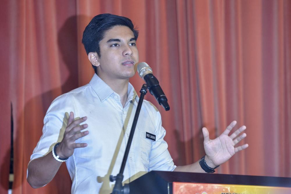 PH Youth goes door-to-door to meet Tanjung Piai folks