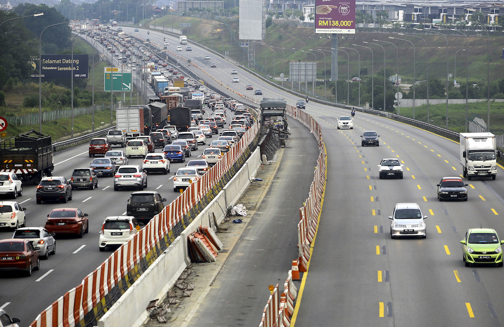 Traffic flow slowing down on expressway with more people returning from CNY holiday
