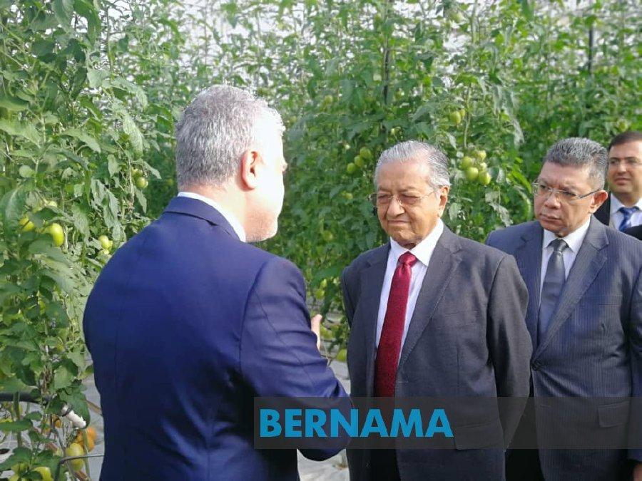 Dr Mahathir takes time out to visit Azersun Green Tech Farm