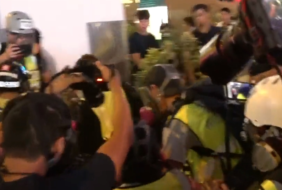 【修例风波】警旺角施放催泪弹 1记者疑脚部中弹受伤