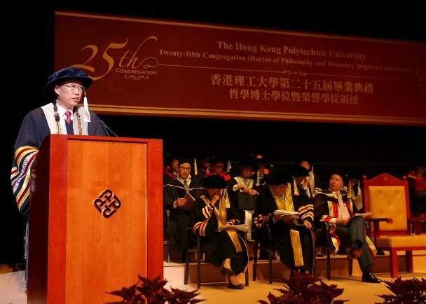 修例风波:理大博士毕业礼 校长拒与戴口罩学生握手