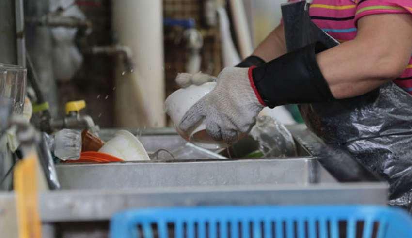"""香港老板招聘洗碗工 要求""""不要肥婆、奇怪样子"""""""