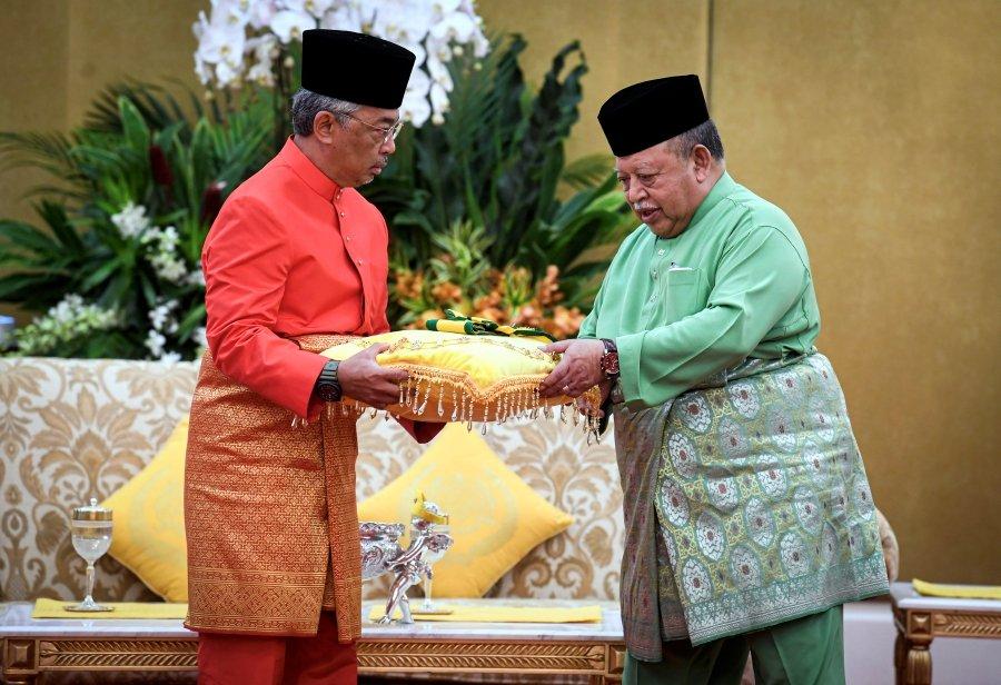 King accepts Perlis award