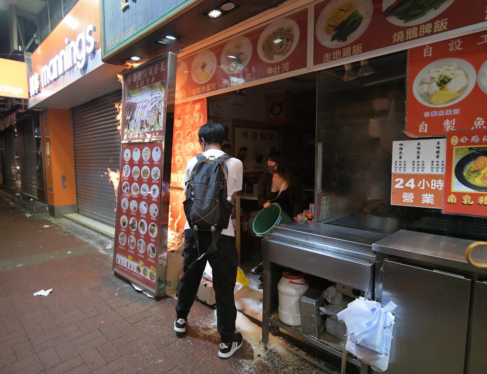 【修例风波】旺角粉面店被催泪弹射中起火 职员淋水扑熄