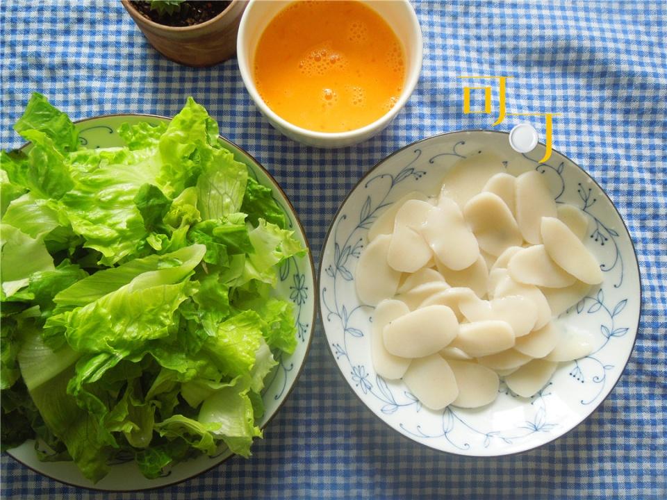 一个人的晚餐:5元钱炒一盘生菜鸡蛋年糕,快手又简单,太香了!