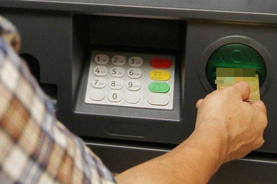 数千名合法居留外国人 遭2银行关闭账户