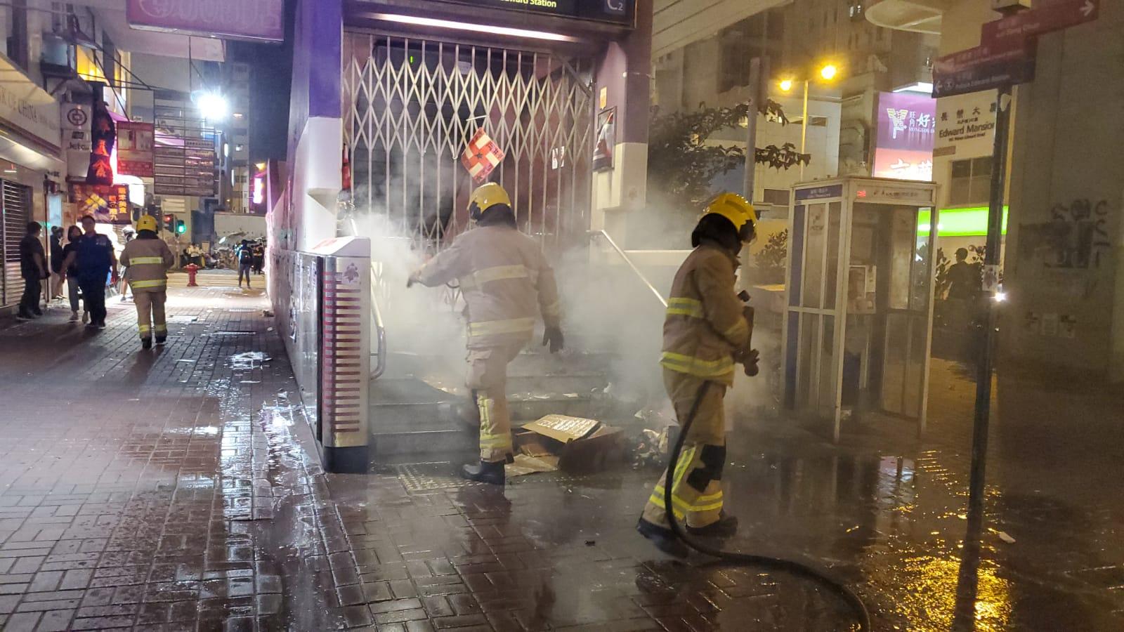 【831冲突2个月】示威者堵路破坏纵火 防暴警旺角催泪弹驱散