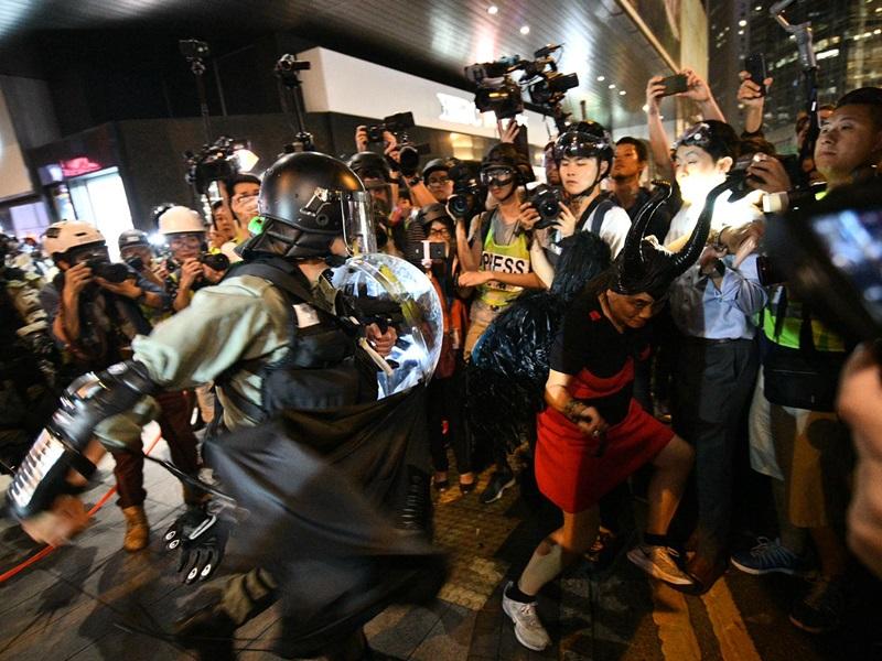 【修例风波】港台记者两度「中椒」 警方:身处警方与示威者之间无可避免