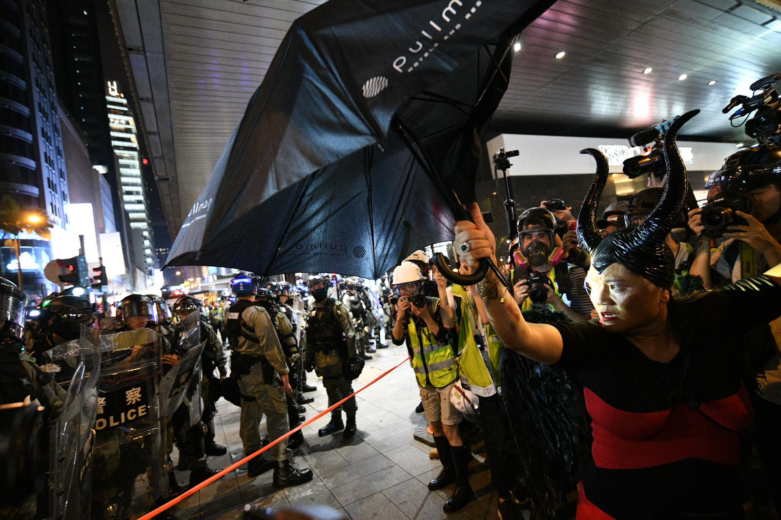 【修例风波】中环示威者堵路爆推撞 警方干诺道中放催泪弹驱散