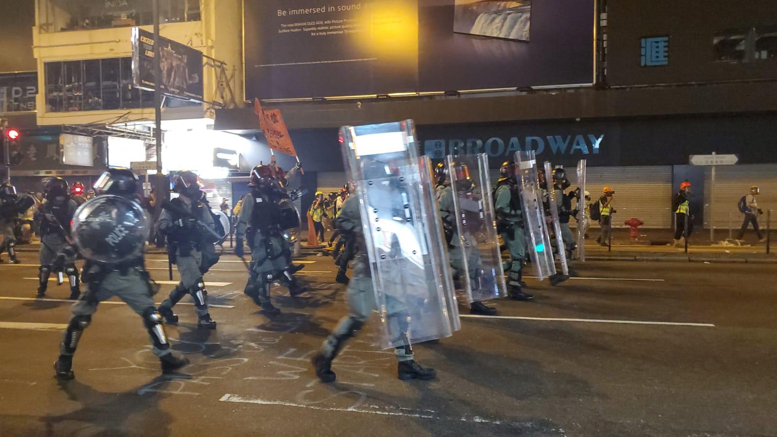 【修例风波】旺角私家车疑被催泪弹射中司机不适 弥敦道示威者掷汽油弹