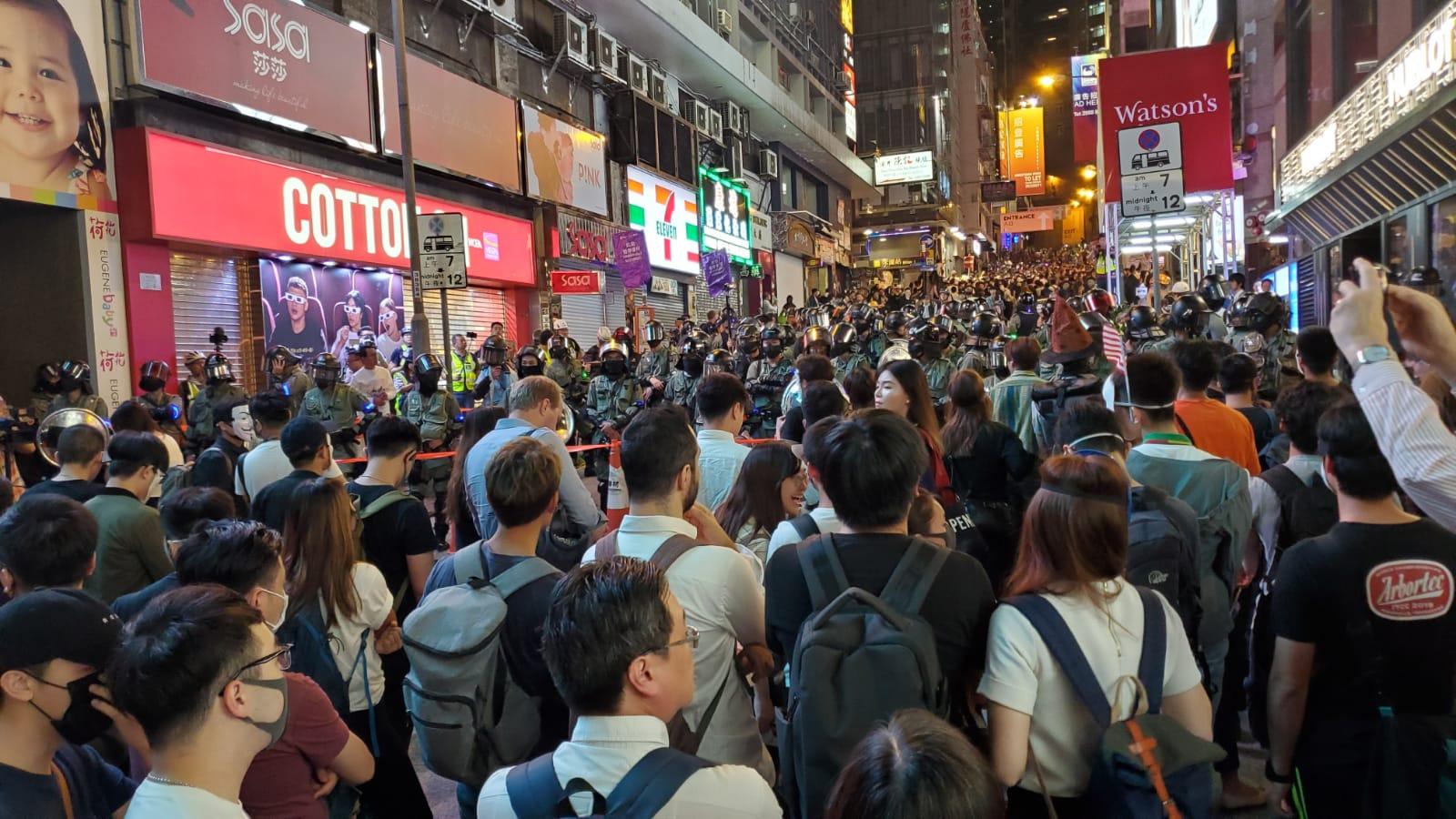 【修例风波】警员封闭兰桂坊蓝旗警告离开 戴面具抗议人群指骂