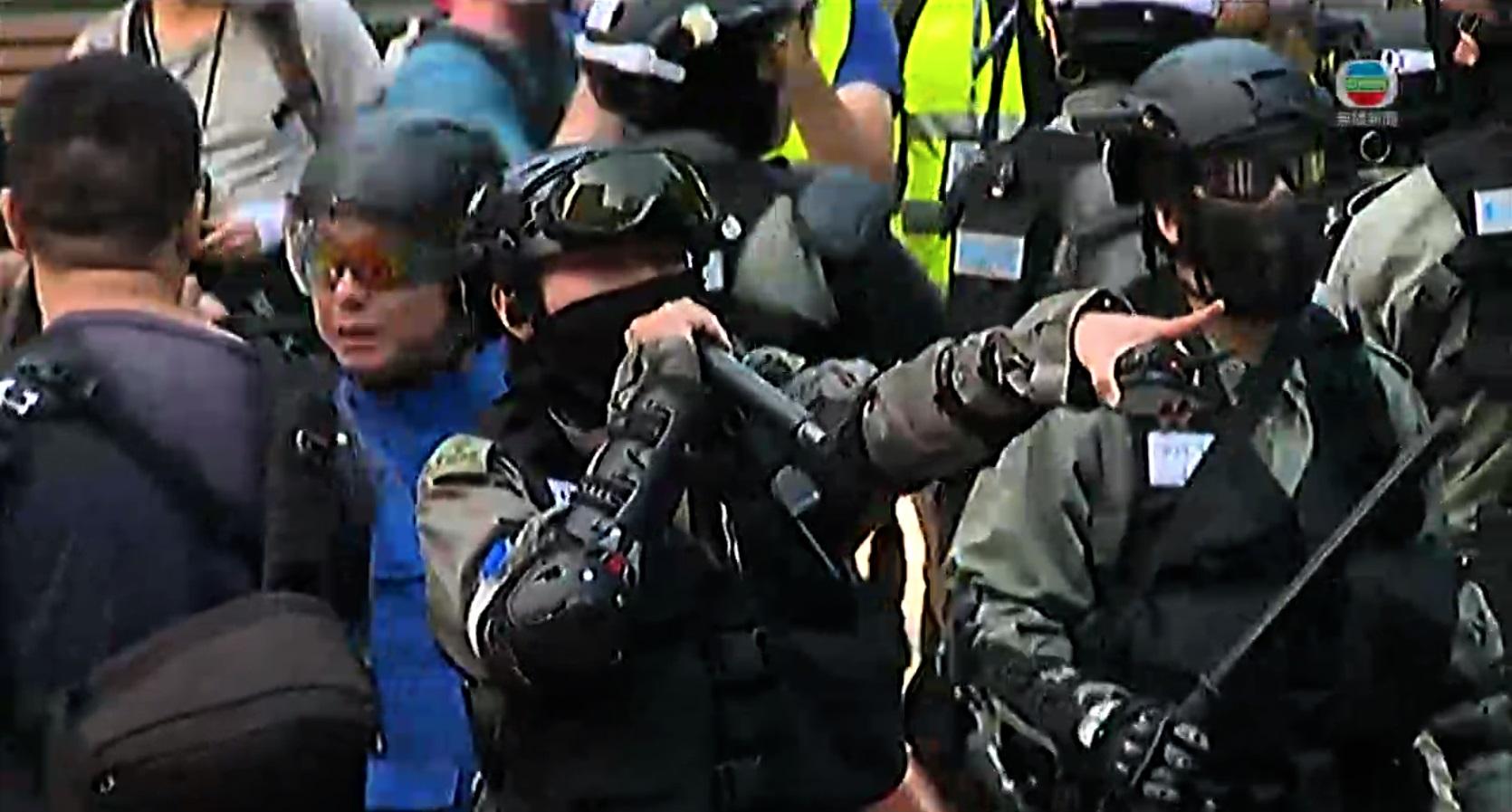 【修例风波】示威者维园拆栏掟砖堵高士威道 警方催泪弹驱散