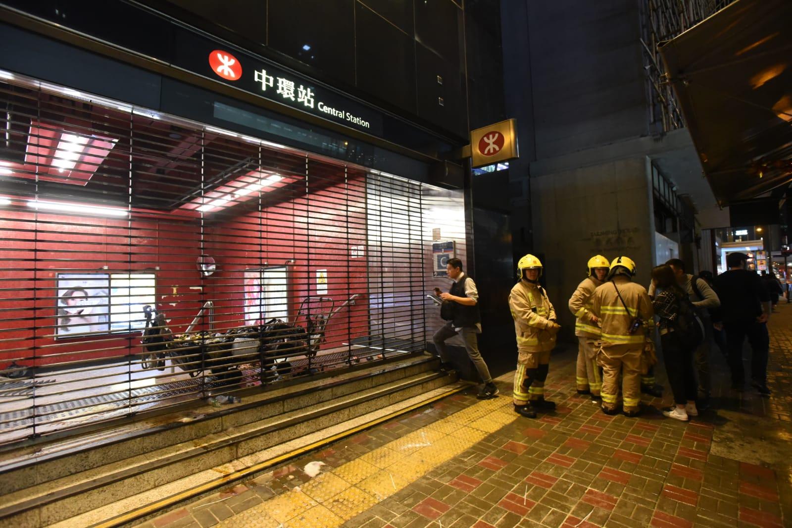 【修例风波】出入口被投掷燃烧弹 中环站关闭