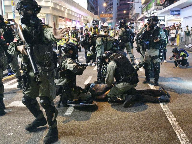 【修例风波】指示威者港岛多区破坏 警方警告立即停止违法行为