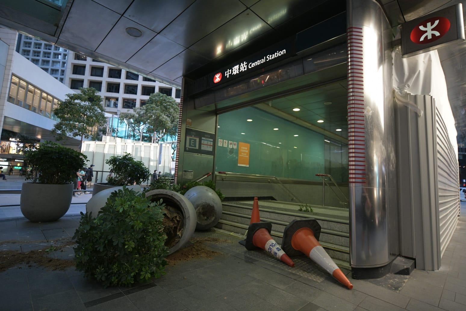 【修例风波】黑衣示威者中环站掟汽油弹纵火 上环站遭投掷杂物