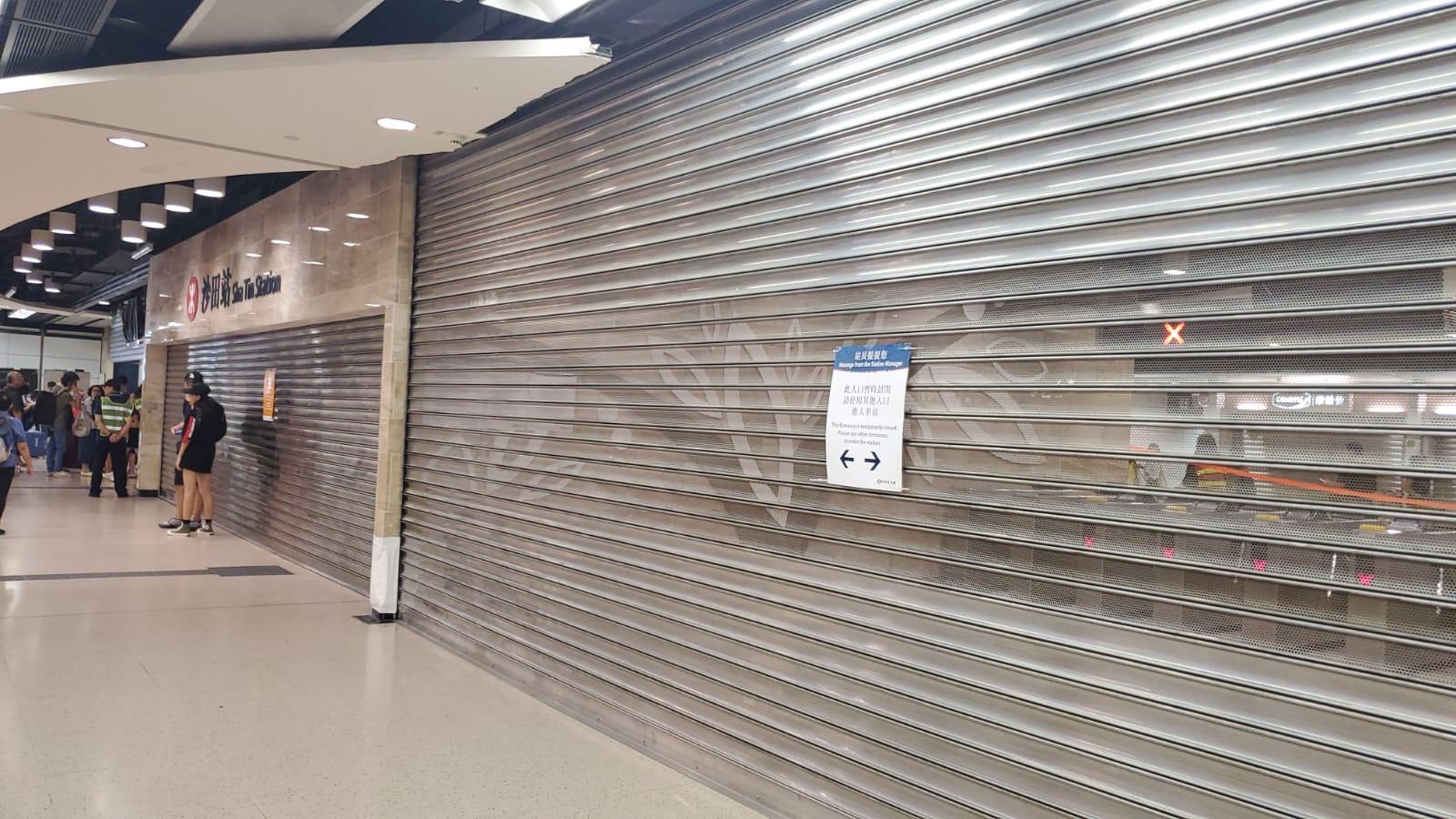 【修例风波】警斥示威者破坏沙田港铁站设施 由商场高处掟杂物