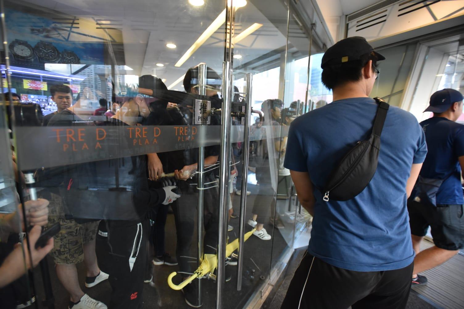 【修例风波】警斥示威者堵塞屯门商场出入口为不负责行为 吁保持冷静