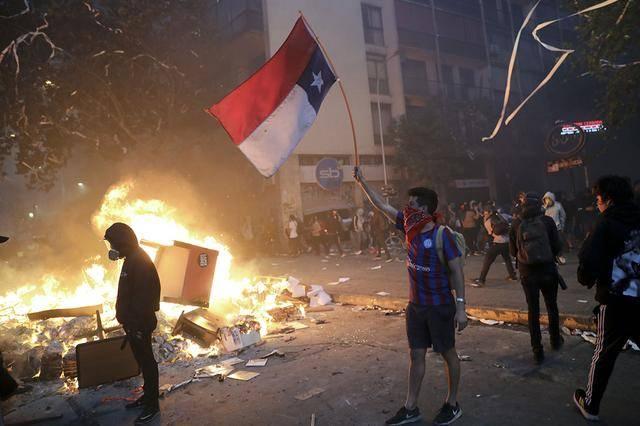智利大暴乱当地华人遭殃!经营的超市被哄抢一空,连吃饭的碗都沒剩下 !