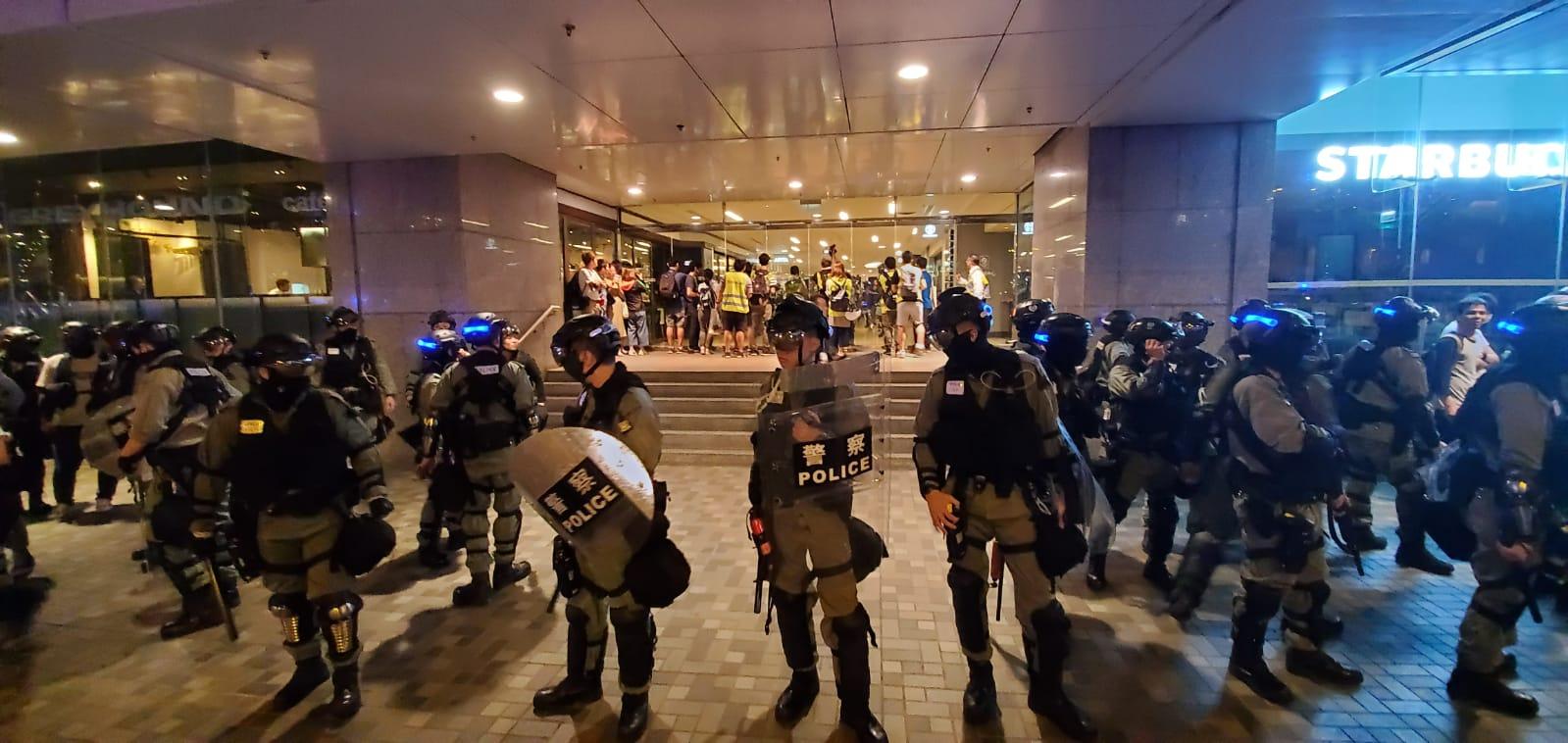 防暴警进入太古城中心 惹聚集群众不满最少1人被带走