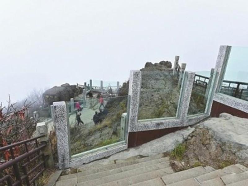 峨眉山景点设玻璃墙防轻生 游客抱怨:好不自然
