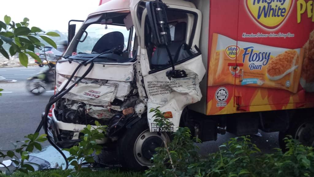 罗里失控撞向路障设备 致2名警员当场死亡