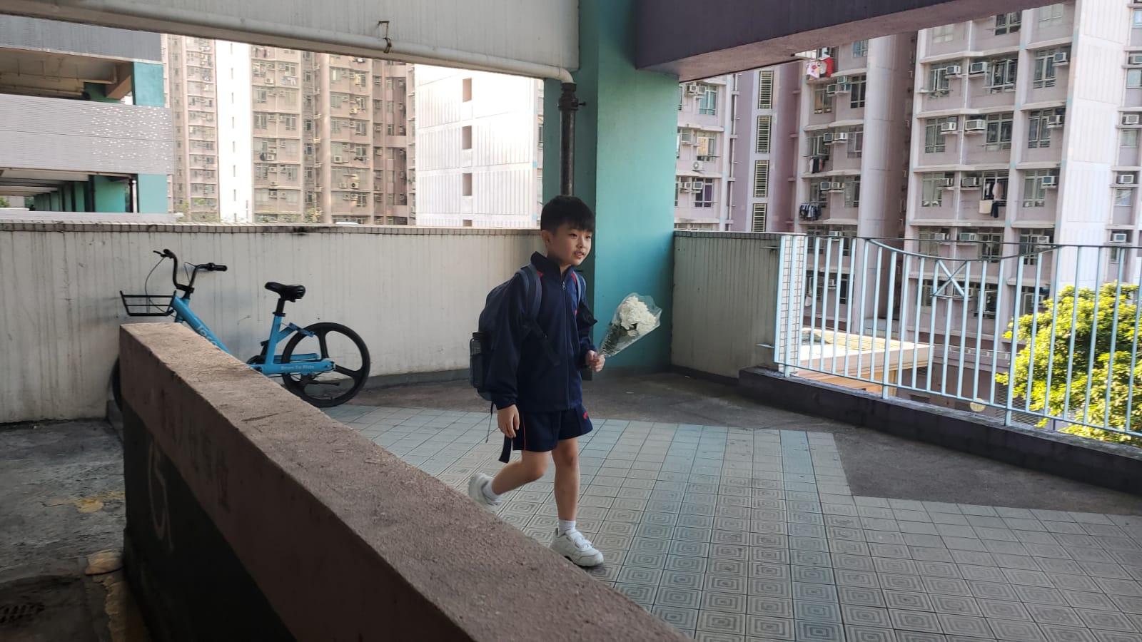 【修例风波】周梓乐堕楼现场 入夜后大批市民献花摺纸鹤悼念