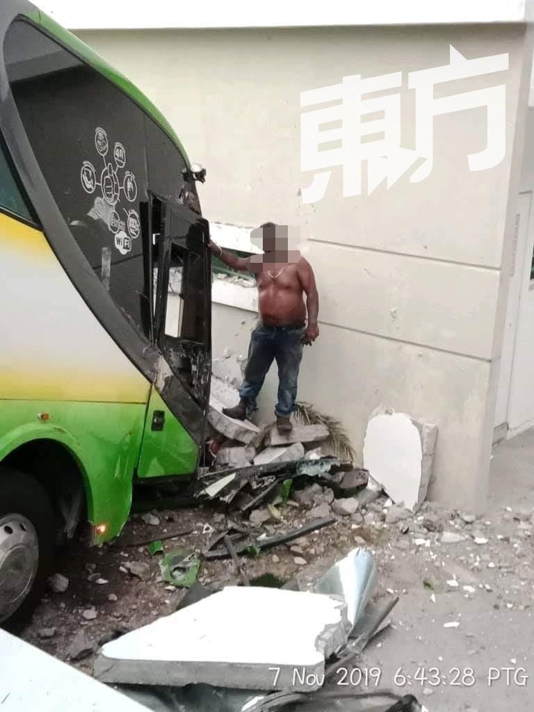 巴士失控撞排屋围墙 摩哆骑士路过遭殃