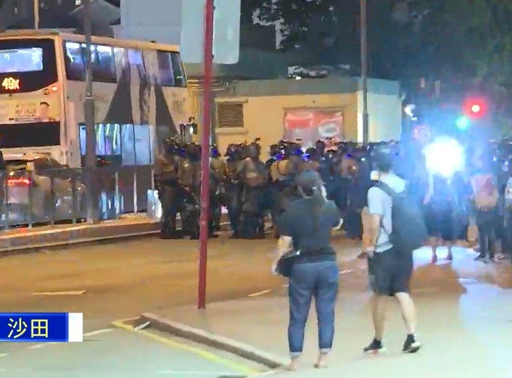 【修例风波】警沙田第一城举黑旗 荃湾射催泪弹