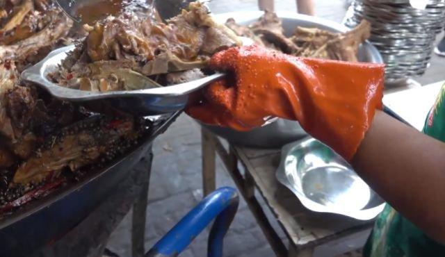 开封大排档门口甩一大锅,炖煮500斤大骨,足够600人吃!