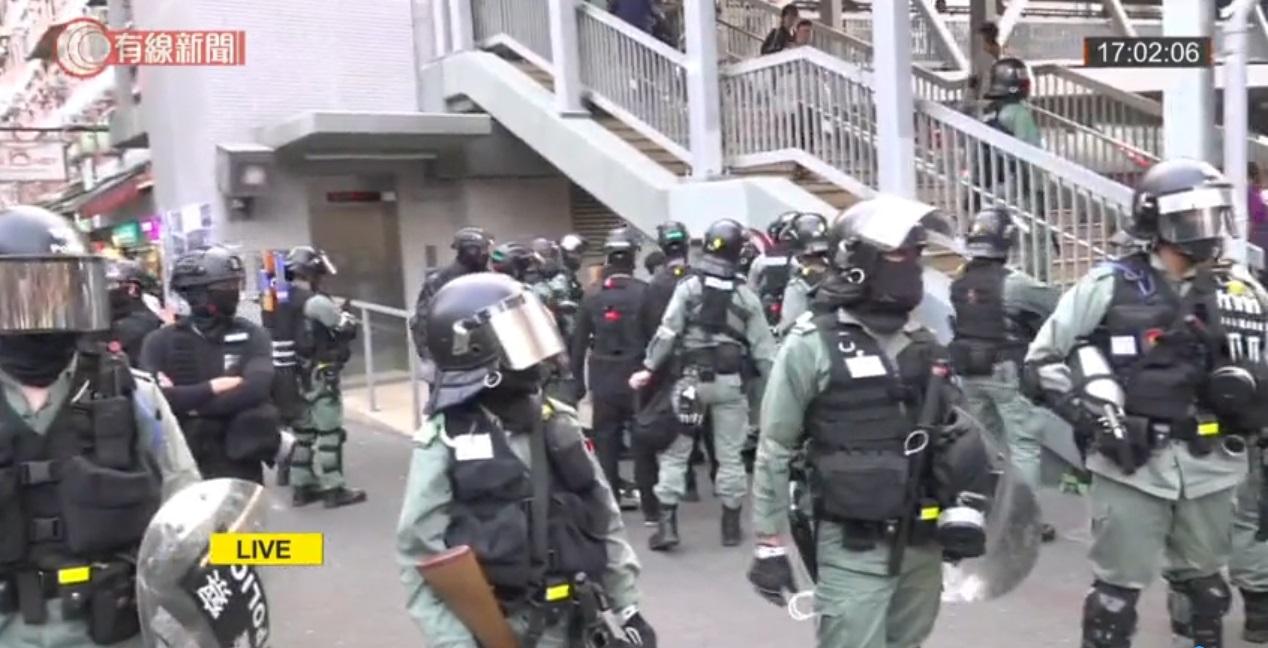 【修例风波】屯门公路示威者快闪堵路 警方制服最少1人