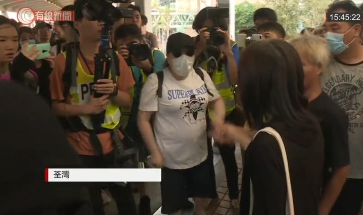 【修例风波】疑因政见不同起争执 荃湾妇人被泼黑漆