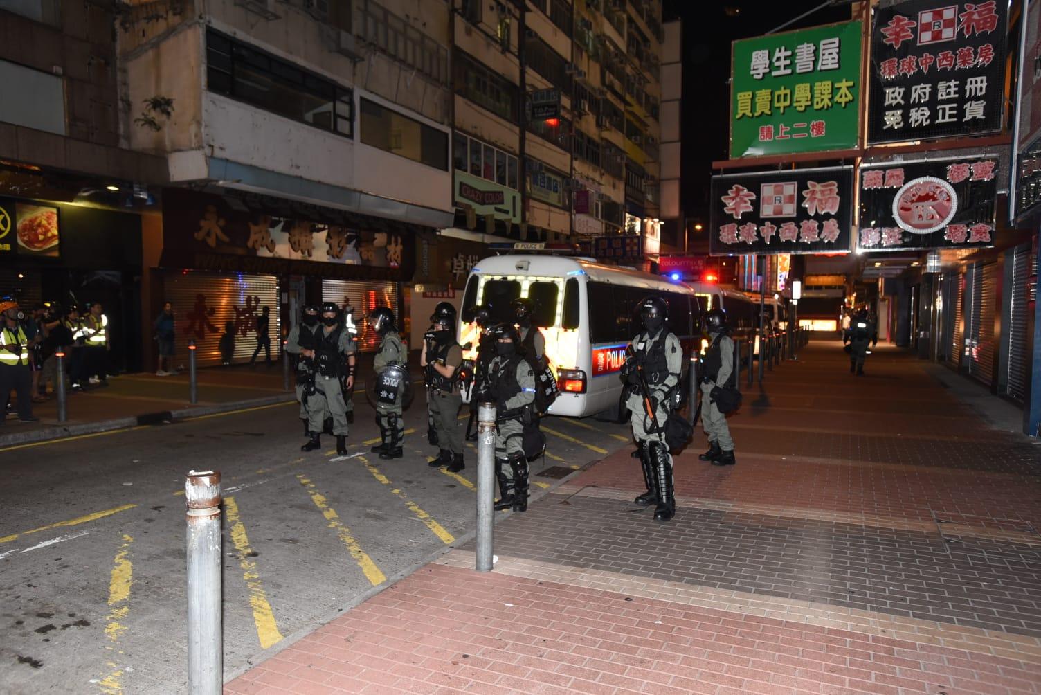 【修例风波】警员旺角黑旗警告驱散 示威者杂物堵路