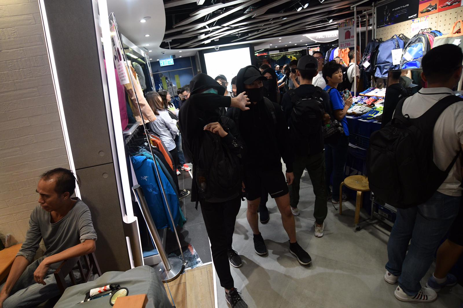 铜锣湾崇光百货关闭 示威者多层抗议爆争执