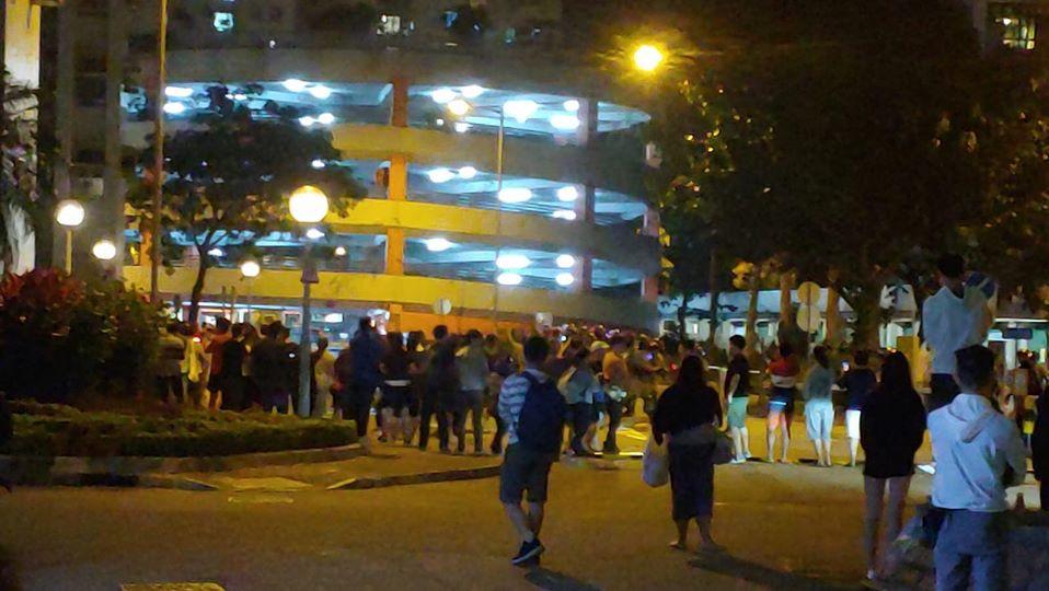 【修例风波】屯门人群聚集 防暴警察被指骂后离开