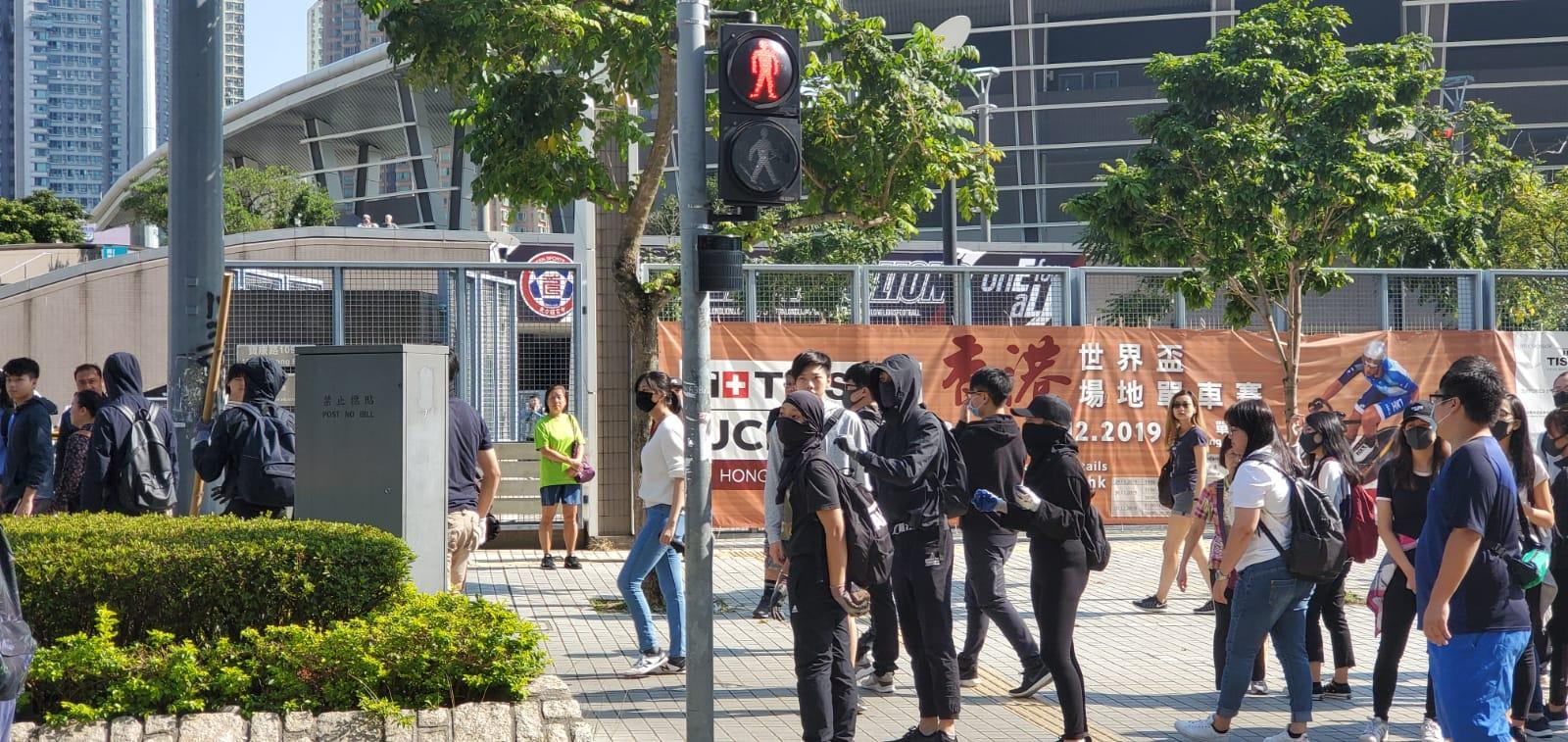 【大三罢】袭将军澳站多处堵路 市民移走路障时发生争执