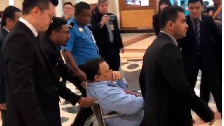 Deputy minister collapses in Dewan (Updated)