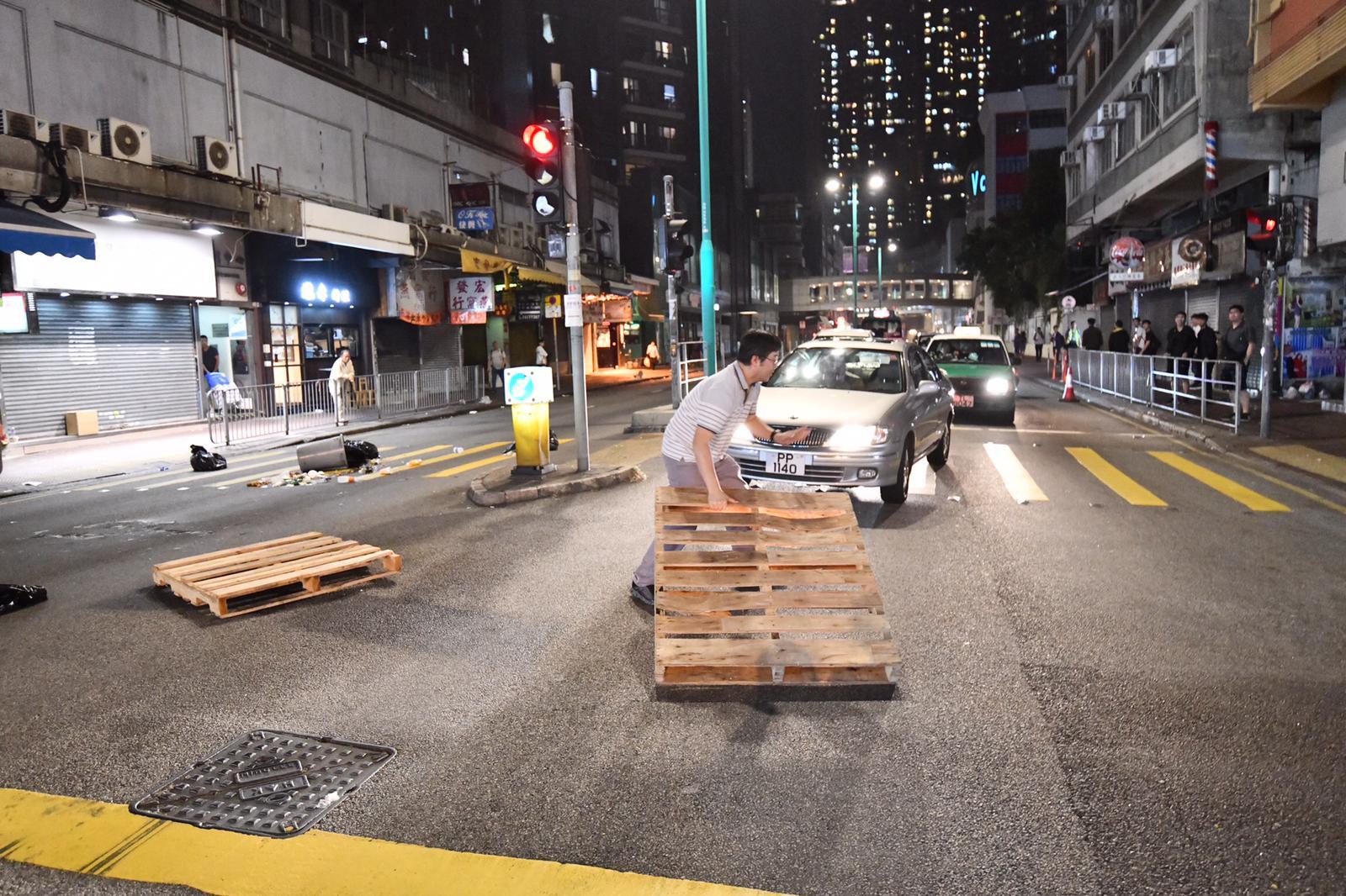 【修例风波】示威者屯门堵路烧杂物