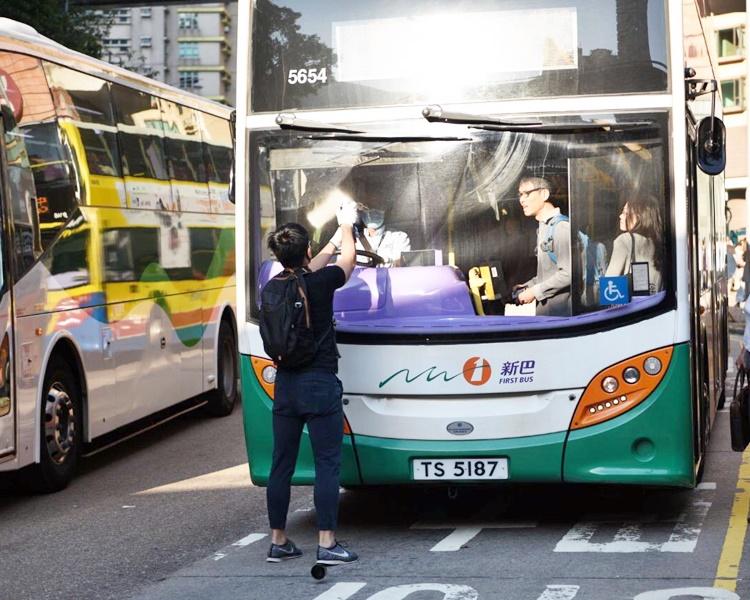 【大三罢】西环设路障堵路 喷黑巴士挡风玻璃