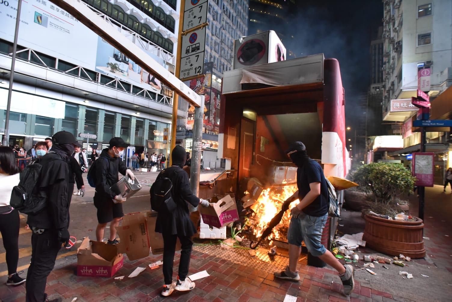 【大三罢】旺角站被纵火关闭 水炮车发射水柱驱散示威者